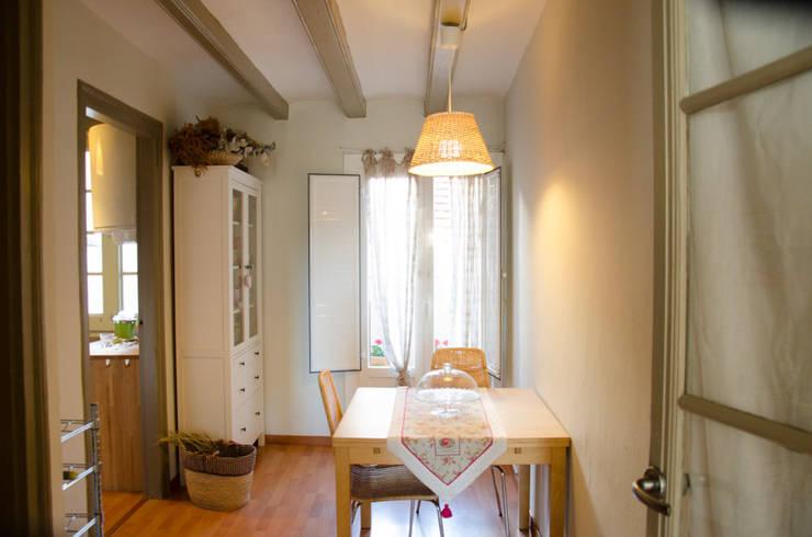 Camera da letto in stile  di Nice home barcelona