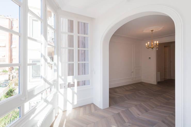 Reforma integral en Eixample: Dormitorios de estilo clásico de Global Projects
