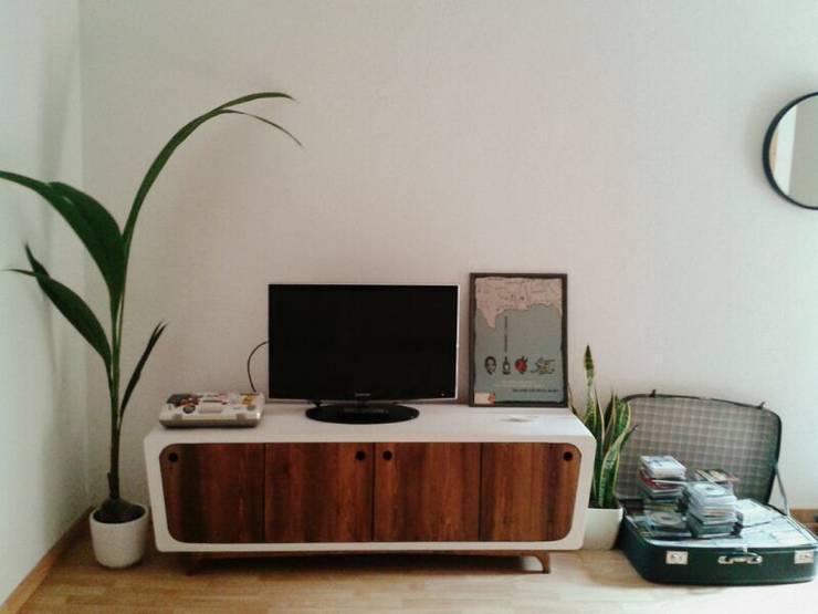 Livings de estilo rústico por Miulas Mobles