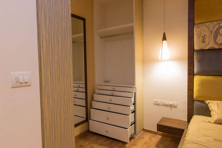 Apartment Interiors:  Dressing room by Studio Stimulus