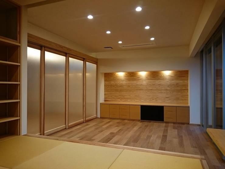 愛媛県内子町の住宅: Y.Architectural Designが手掛けたリビングです。,