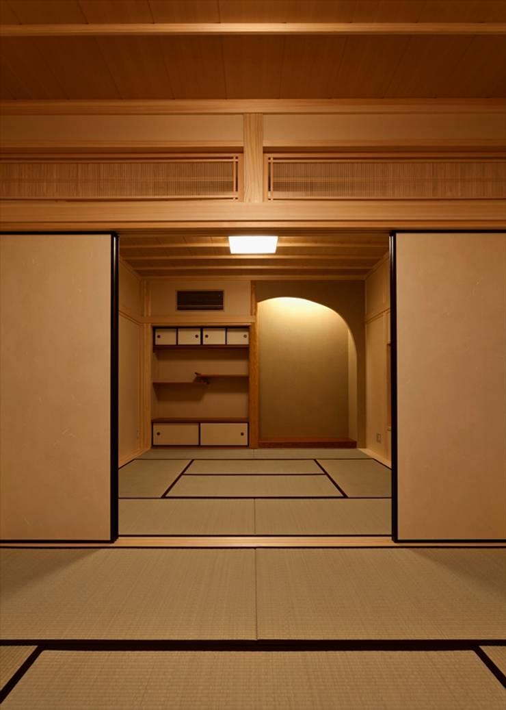愛媛県内子町の住宅: Y.Architectural Designが手掛けた壁&床です。,