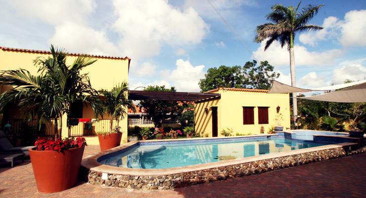 pool en guesthouses:  Terras door architectenbureau Aerlant Cloin BNA