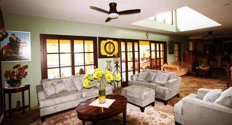 woonkamer: tropische Woonkamer door architectenbureau Aerlant Cloin BNA