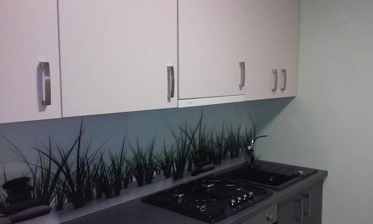 Panel szklany do kuchni GRASS & STONE: styl , w kategorii  zaprojektowany przez Magic Style Sylwia Ziętara,Nowoczesny Szkło
