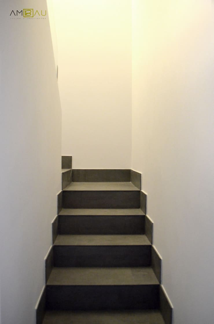 Couloir et hall d'entrée de style  par amBau Gestion y Proyectos, Moderne