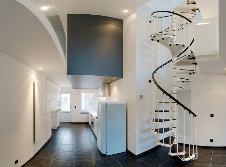 Pasillos y recibidores de estilo  por architecte jean-marc beckers Sprl