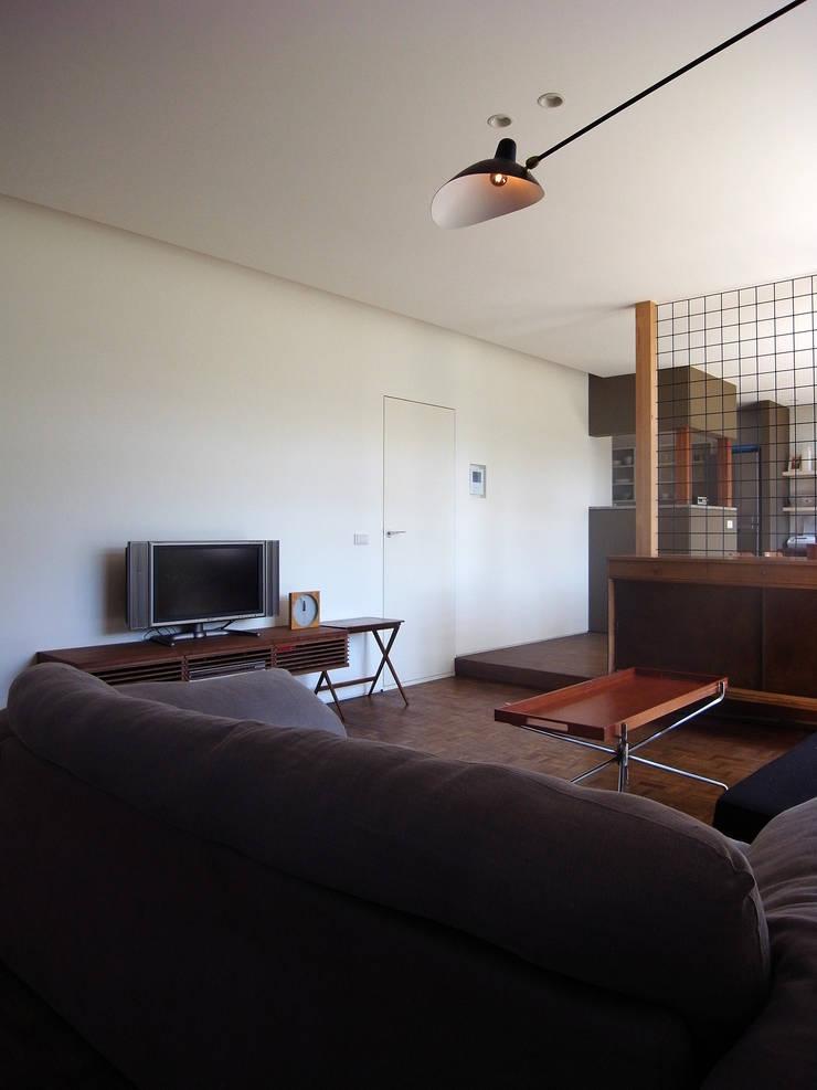 新千里の家: 村松英和デザインが手掛けたリビングです。