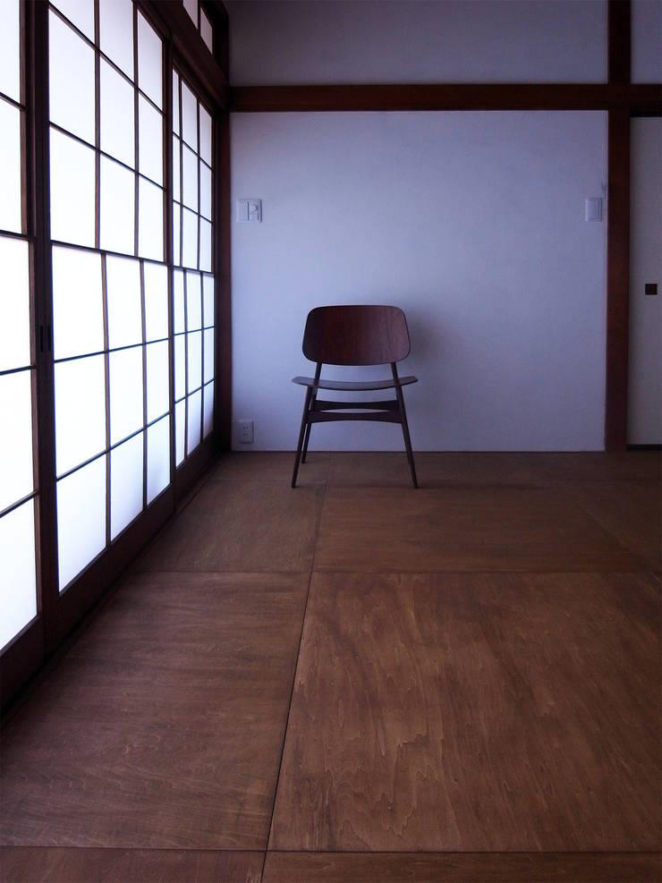 新千里の家: 村松英和デザインが手掛けた寝室です。