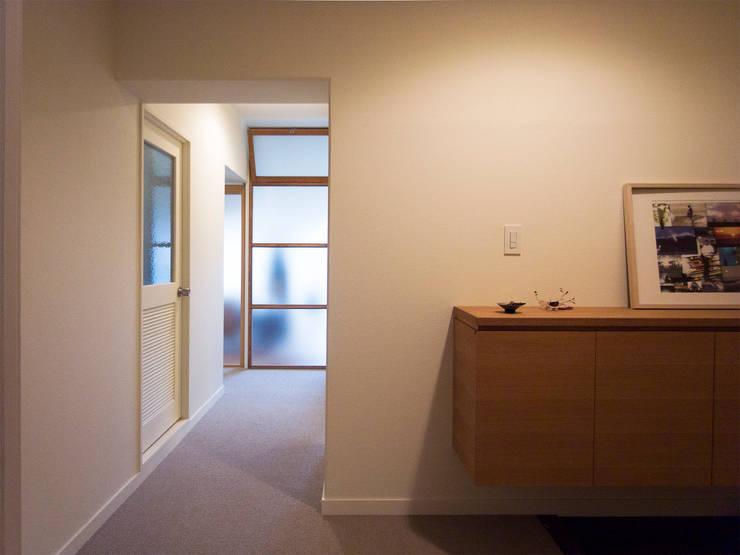 緑丘住宅リノベーション: 村松英和デザインが手掛けた廊下 & 玄関です。