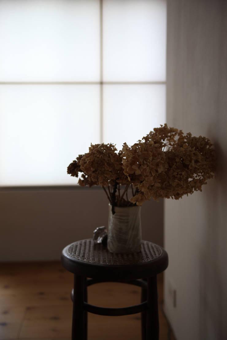 西ノ京のアトリエ: 村松英和デザインが手掛けた廊下 & 玄関です。,