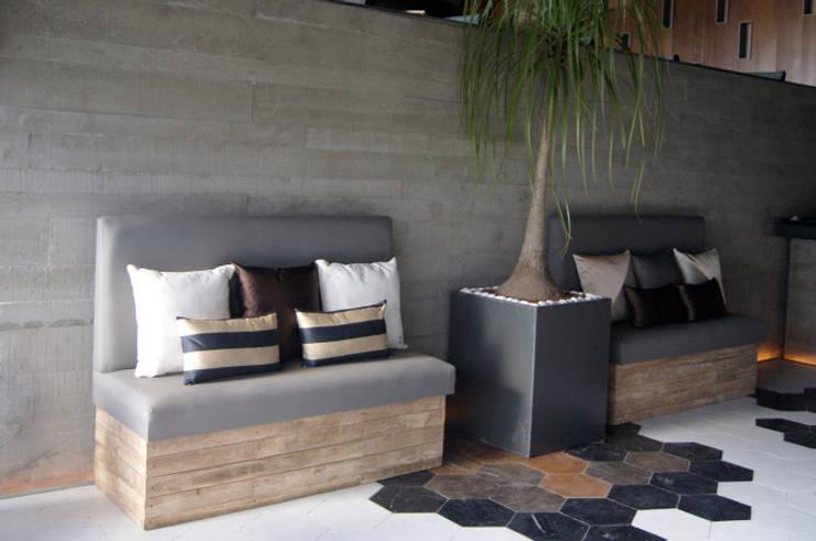 Cojines personalizados con olor | Restaurante Terracosta: Salas de estilo  por Herminia Mor