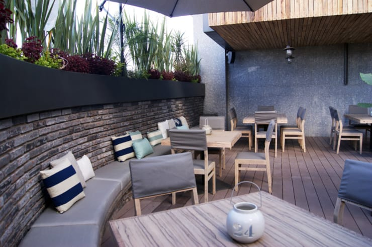 Cojines personalizados con olor | Restaurante Terracosta: Balcones y terrazas de estilo  por Herminia Mor