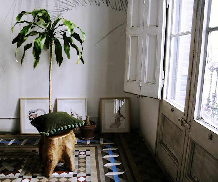 HANDSOME BACO, CHEERS! | Cojín con olor a vainilla: Hogar de estilo  por Herminia Mor