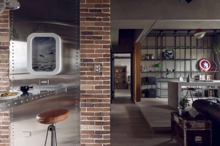 Pasillo y Estancia Industrial : Paredes y pisos de estilo  por Espacio Singular