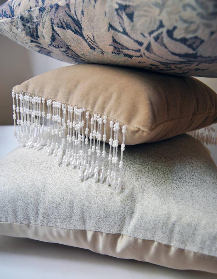 Cojines personalizados con olor   Sala : Salas de estilo  por Herminia Mor