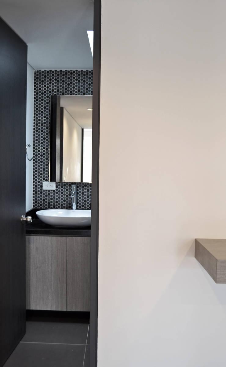 APARTAMENTO 104: Baños de estilo  por santiago dussan architecture & Interior design, Minimalista