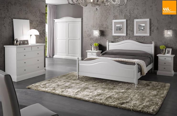 Camera da letto matrimoniale in stile arte povera bianca: Camera da letto in stile  di Mobilinolimit