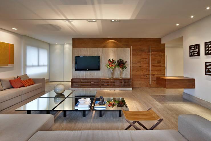 Apartamento Moema: Salas multimídia modernas por Luciana Savassi Guimarães arquitetura&interiores