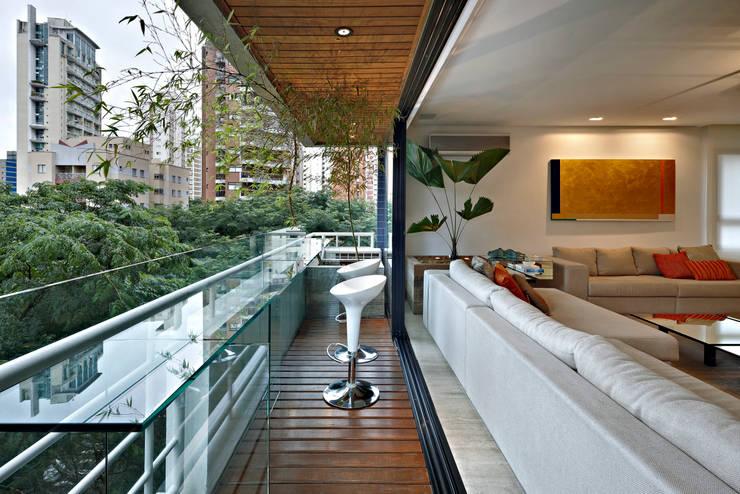 Apartamento Moema: Terraços  por Luciana Savassi Guimarães arquitetura&interiores