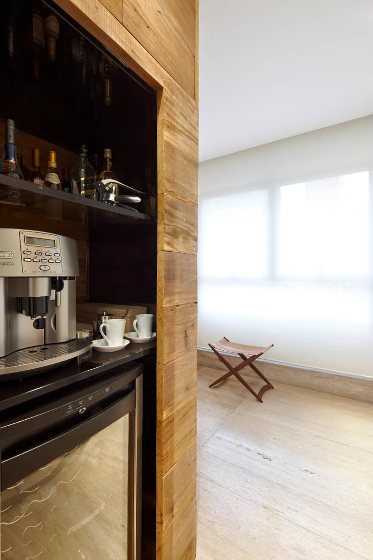 Apartamento Moema: Adegas modernas por Luciana Savassi Guimarães arquitetura&interiores