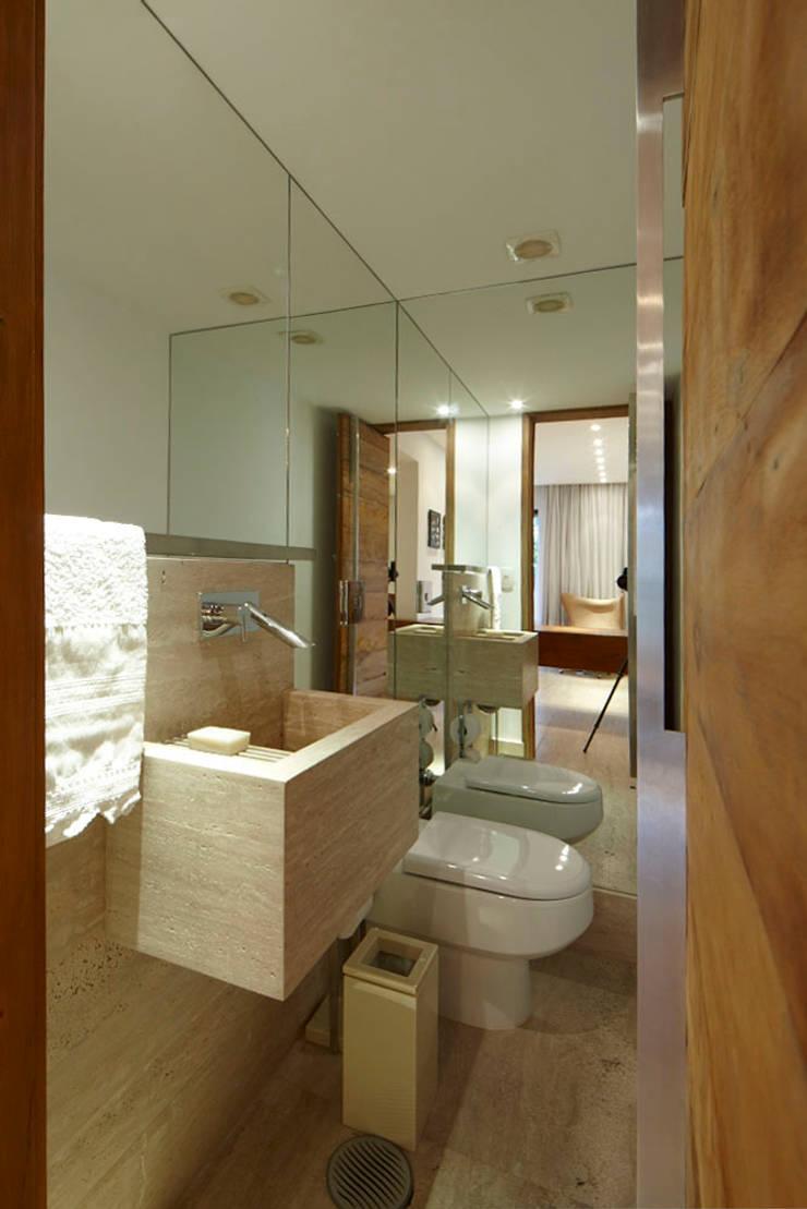 Apartamento Moema: Banheiros modernos por Luciana Savassi Guimarães arquitetura&interiores