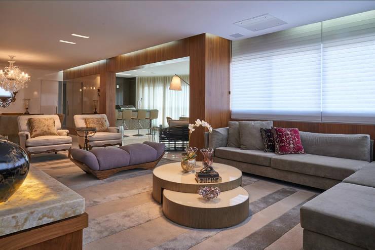Apartamento AP: Salas de estar  por Gláucia Britto