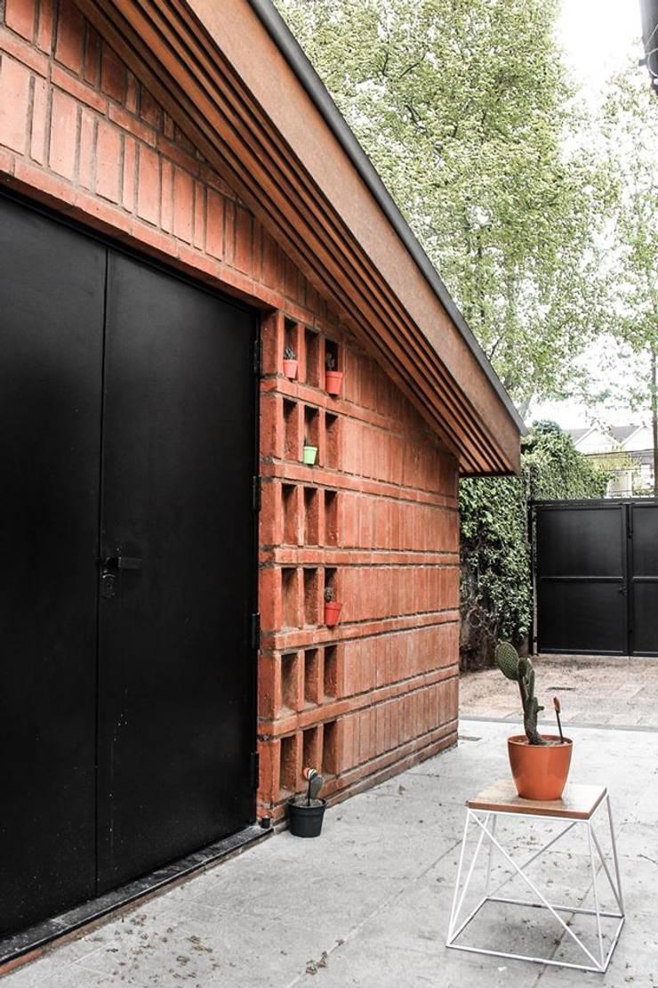 Quincho Adrogué: Jardines de estilo  por DRMestudio,Moderno