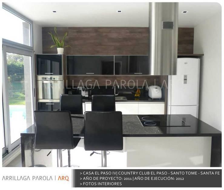 Casa El paso IV: Cocinas de estilo  por ARRILLAGA&PAROLA