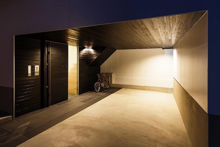 Garajes de estilo  por 一級建築士事務所haus