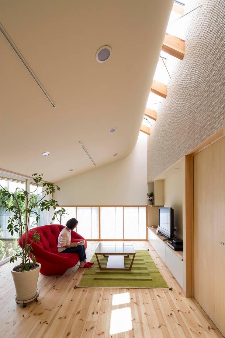 光カーテンのある家: スズケン一級建築士事務所/Suzuken Architectural Design Officeが手掛けたリビングです。