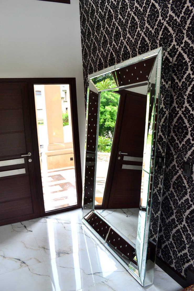Casa 2: Pasillos y recibidores de estilo  por Fontenla