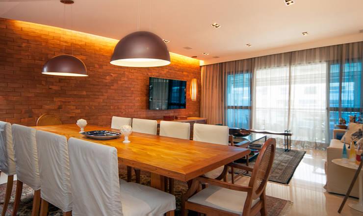 Av. Lúcio Costa: Salas de jantar  por Alê Amado Arquitetura