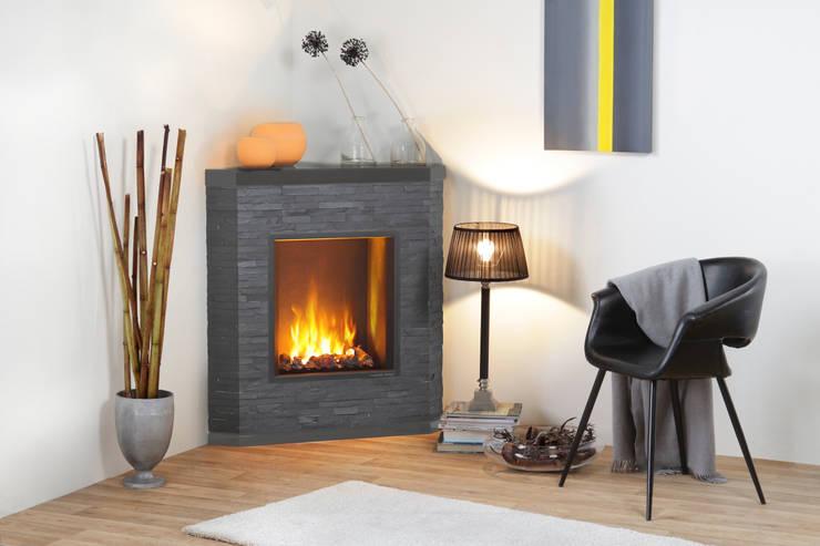 Ardesio:  Wohnzimmer von muenkel design - Elektrokamine aus Großentaft