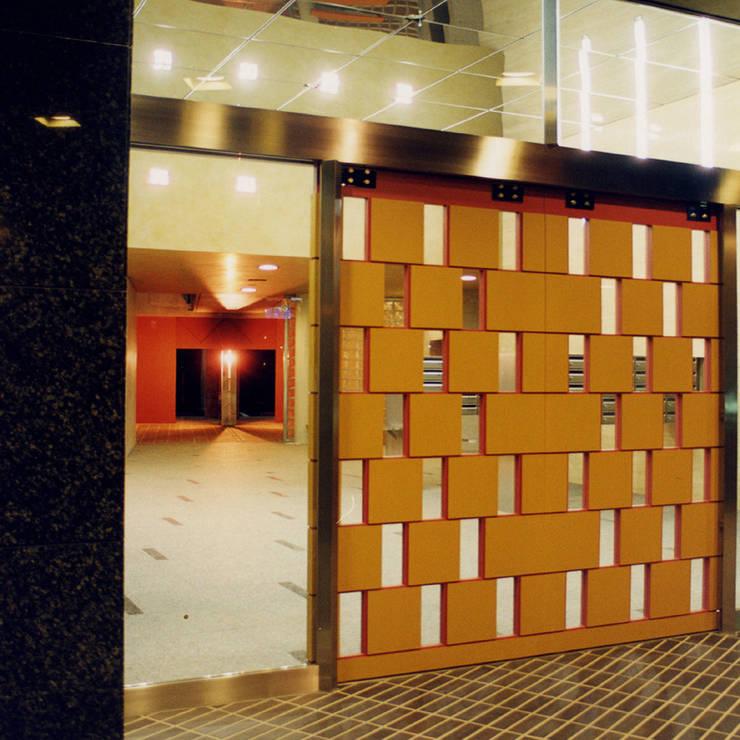 中庭を囲む集合住宅: ユミラ建築設計室が手掛けた廊下 & 玄関です。