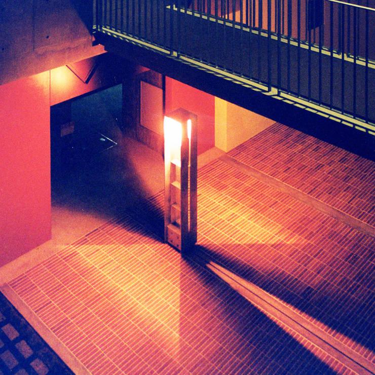中庭を囲む集合住宅: ユミラ建築設計室が手掛けたテラス・ベランダです。