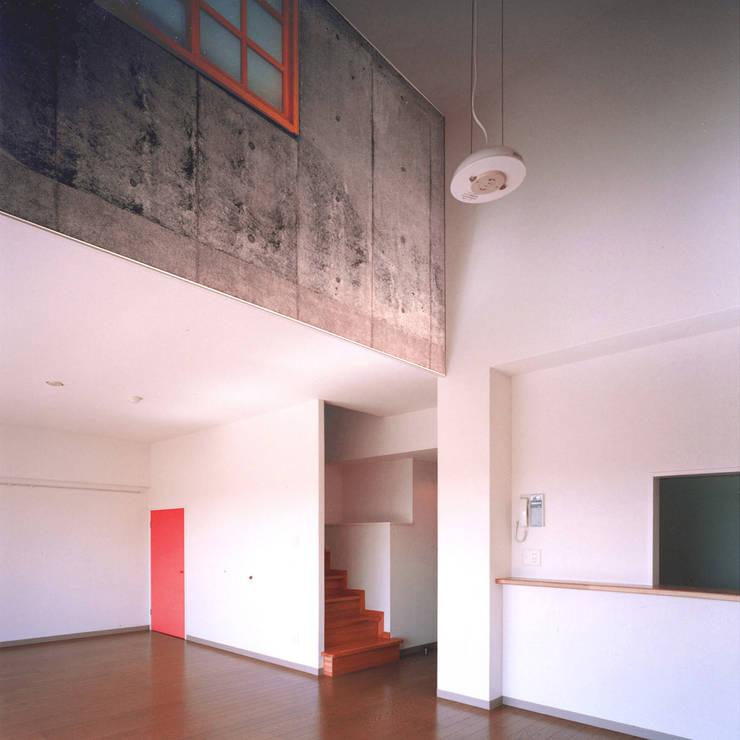 中庭を囲む集合住宅: ユミラ建築設計室が手掛けたリビングです。