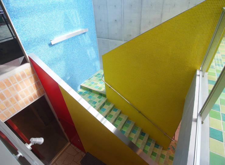 通り抜け通路のある建物: ユミラ建築設計室が手掛けた廊下 & 玄関です。,