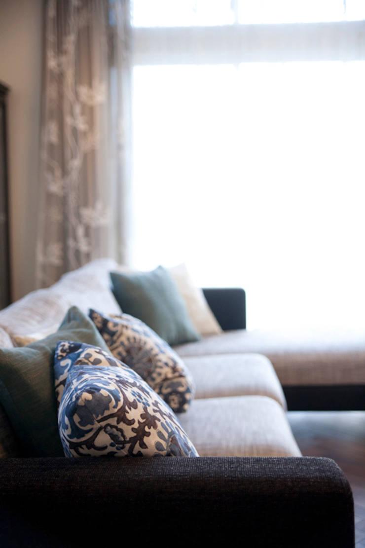 芦屋市S様邸: デザインスタジオ グランキューブが手掛けたリビングです。