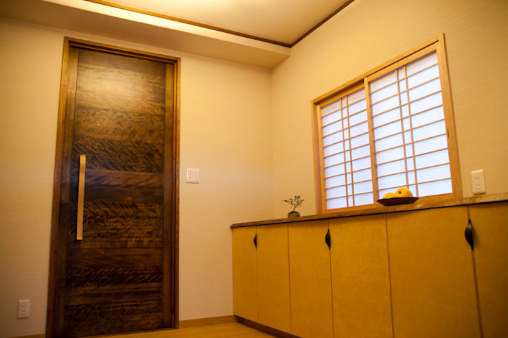 芦屋市S様邸: デザインスタジオ グランキューブが手掛けた廊下 & 玄関です。