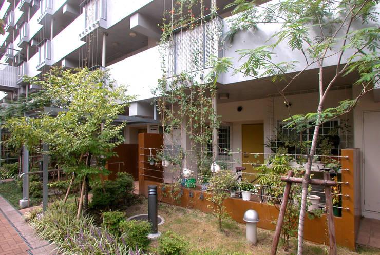 緑の環境の集合住宅2: ユミラ建築設計室が手掛けた廊下 & 玄関です。