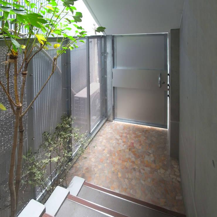 小さな賃貸マンション1: ユミラ建築設計室が手掛けた廊下 & 玄関です。