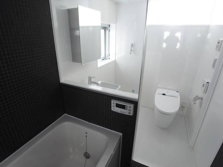 小さな賃貸マンション1: ユミラ建築設計室が手掛けた浴室です。