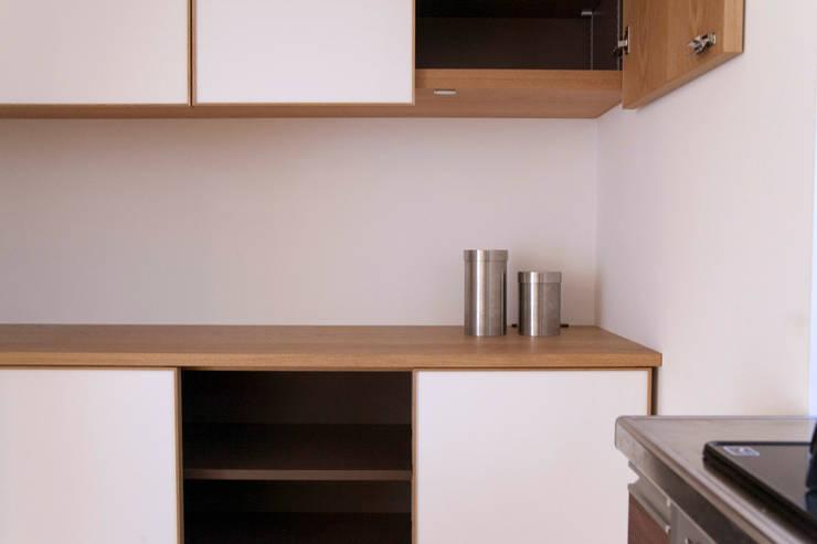 個人宅カップボード: 村松英和デザインが手掛けたキッチンです。,