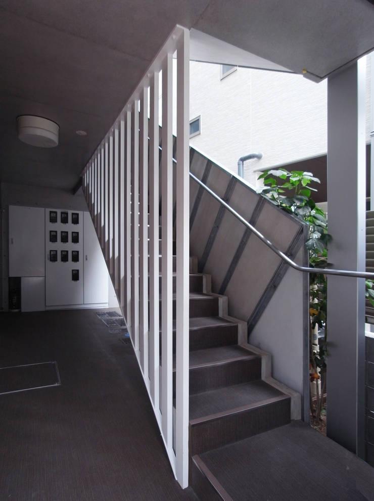 下北沢の賃貸マンション: ユミラ建築設計室が手掛けた廊下 & 玄関です。,