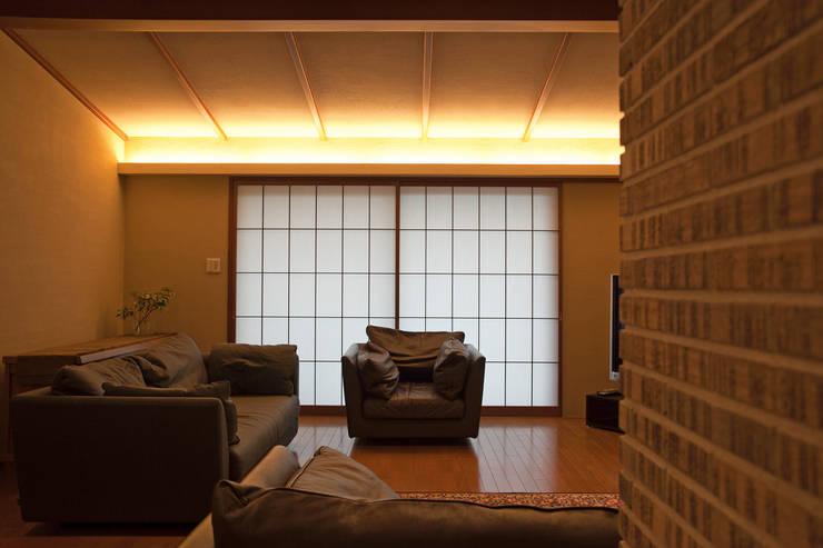 毘沙門の家: 村松英和デザインが手掛けたリビングです。