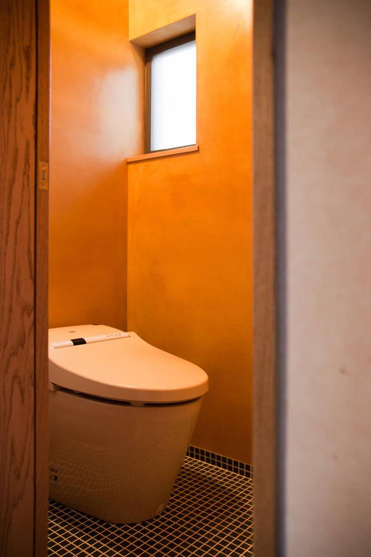 毘沙門の家: 村松英和デザインが手掛けた浴室です。