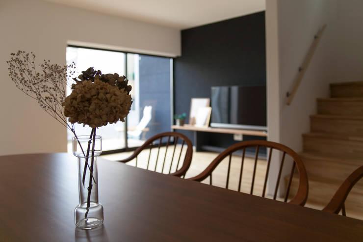 西陣の家: 村松英和デザインが手掛けたダイニングです。