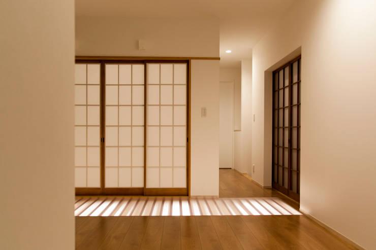 西陣の家: 村松英和デザインが手掛けた和室です。