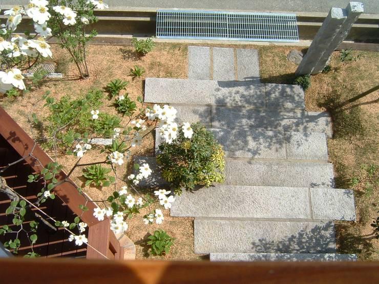 modern garden: 庭匠 風彩が手掛けたテラス・ベランダです。
